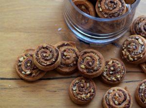 אופים את העוגיות עד שהן שחומות ויש ריח מטריף בבית. עוגיות שוקולד קוקוס (צילום: אהובה שורצברד)