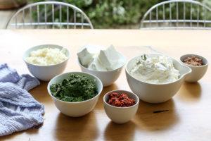 מרכיבים פשוטים שיוצרים כיכר גבינות צבעונית