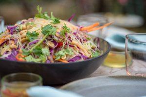 סלט אטריות שעועית, ירקות ובוטנים ברוטב אסייתי