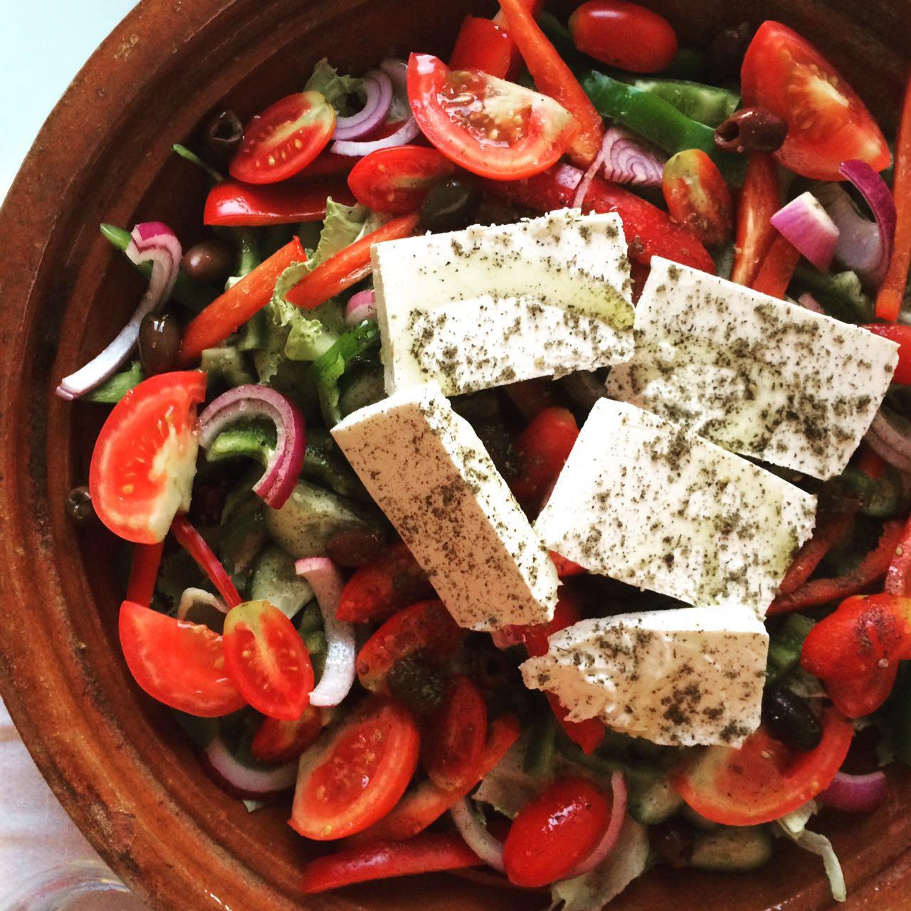 סלט יווני עם שלל ירקות וגבינת פטה