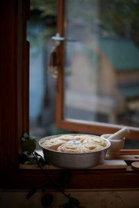 עוגת שמרים חמה מחכה להיכנס לתנור. צילום: אפרת לוזנוב