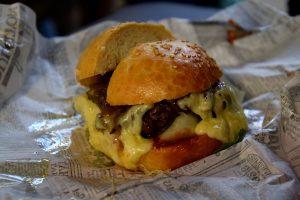 ואכלנו גם המבורגר, כי איך אפשר להגיד לו לא? שוק הילדים האדומים