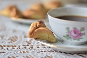 כוס קפה ליד ואתם מסודרים. אוזני המן במילוי אגוזים (צילום: תמר שורצברד)