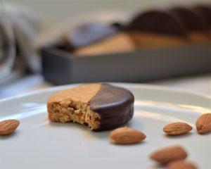 כי איך אפשר להתאפק, לכל הרוחות? עוגיות שקדים בציפוי שוקולד (צילום: אהובה שורצברד)