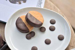הן טעימות ממש כמו שהן יפות, ואפילו יותר. עוגיות שקדים בציפוי שוקולד (צילום: אהובה שורצברד)