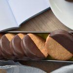 עוגיות שקדים בציפוי שוקולד עם ריבה שאני הכי אוהבת בעולם