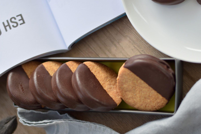 עוגיות שקדים בציפוי שוקולד עם ריבה שאני הכי אוהבת בעולם. צילום: אהובה שורצברד