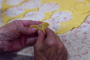 בידיים של סבתא כל אוזן המן מקבלת צורה משלה (צילום: אהובה שורצברד)