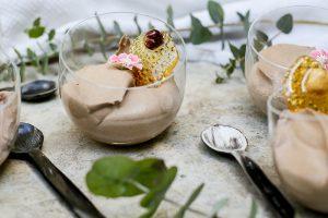 מקשטות את הקינוח וגונבות את ההצגה. סוכריות קרמל עם אגוזי לוז (צילום: אפרת לוזנוב)