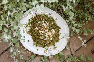 סלט פריקי עם עשבי תיבול וגבינת פטה. צילום: אפרת לוזנוב
