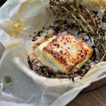 גבינת חלומי צלויה עם דבש, אורגנו טרי וצ'ילי