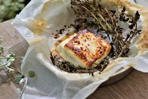 גבינת חלומי צלויה עם דבש, אורגנו טרי וצ'ילי. צילום: אהובה שורצברד
