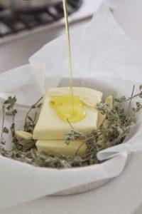לא לשכוח להשתמש בשמן זית איכותי. גבינת חלומי צלויה לפני אפייה (צילום: אהובה שורצברד)