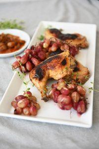 חתיכי, שחום ומתקתק. עוף בתנור עם ענבים (צילום: אהובה שורצברד)
