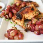 עוף בתנור עם ענבים צלויים – מנה עיקרית מושלמת לערב החג