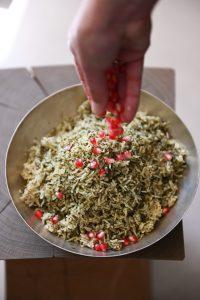 גרגירי רימון הופכים אותו לחגיגי במיוחד. אורז ירוק (צילום: אהובה שורצברד)