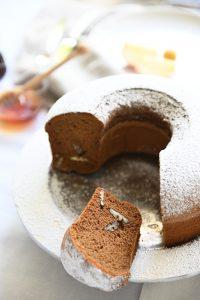קצת אגוזי מלך בפנים ופידור של אבקת סוכר. צילום: אהובה שורצברד