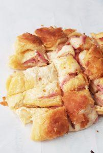 בצק שמרים כרוך במילוי גבינה קשה ונקניק. בוגאצה ג'אניס