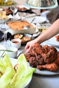 ארוחה אמריקאית אינה שלמה ללא עוף מטוגן. צילום: אהובה שורצברד